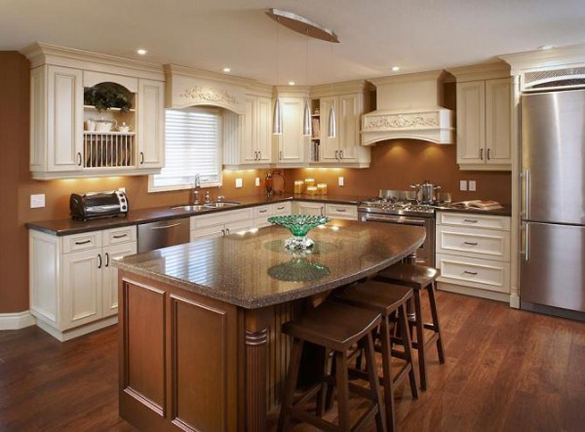 cuisine-italienne-contemporaine-en-bois-decor-avec-encastré-lumière-plus-marron-peinture-murale-couleur-fond
