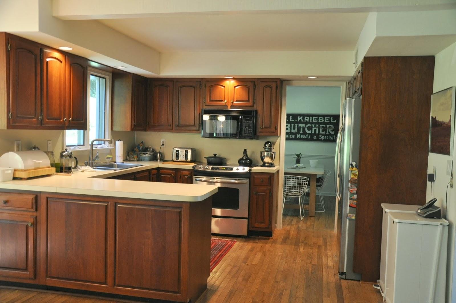 excellent-design-de-cuisine-marron-et-creme-en-forme-de-avec-comptoir-de-couleur-blanche-et-armoires-de-cuisine-marron-superbes-idees-de-conception-de-cuisine-avec-chic-couleur marron