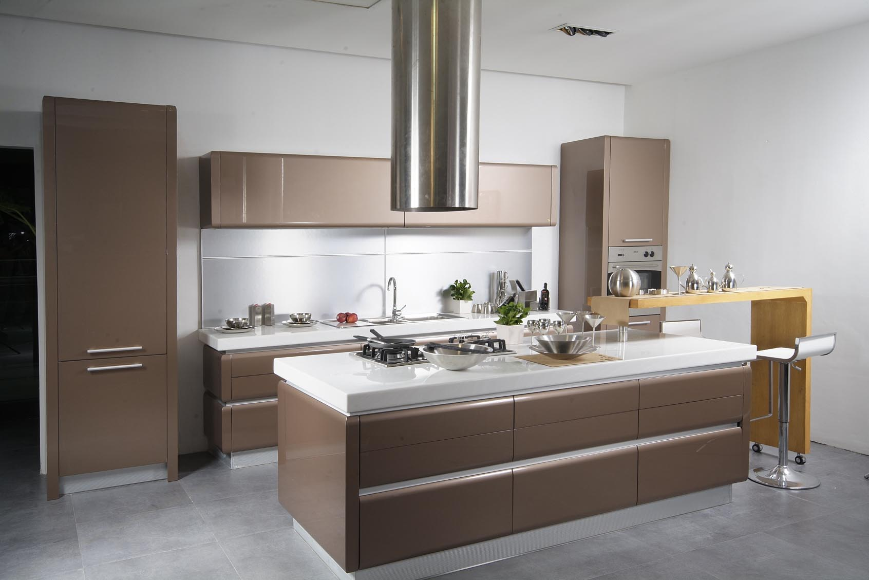 conceptions-de-cuisine-extraordinaires-pour-petite-cuisine-moderne-avec-ilot-et-bar-en-couleur-marron-met en valeur les armoires en bois