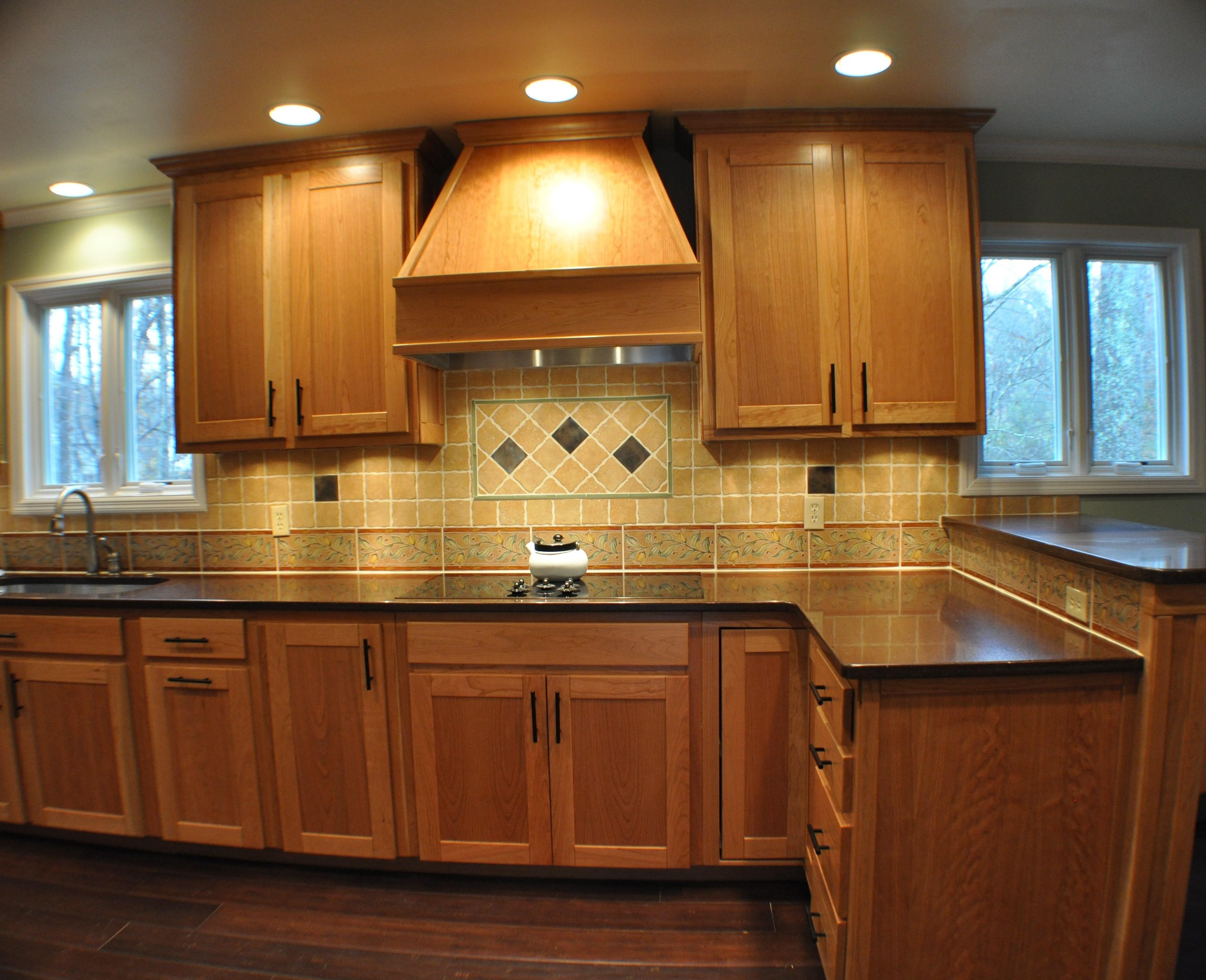 fabuleuses-idées-de-conception-de-cuisine-traditionnelle-avec-des-armoires-de-cuisine-en-bois-marron-et-comptoir-en-granit-noir-aussi-des-armoires-de-cuisine-en-bois-mural-double-porte-aussi-marron- couleur-carreaux-dosseret-et