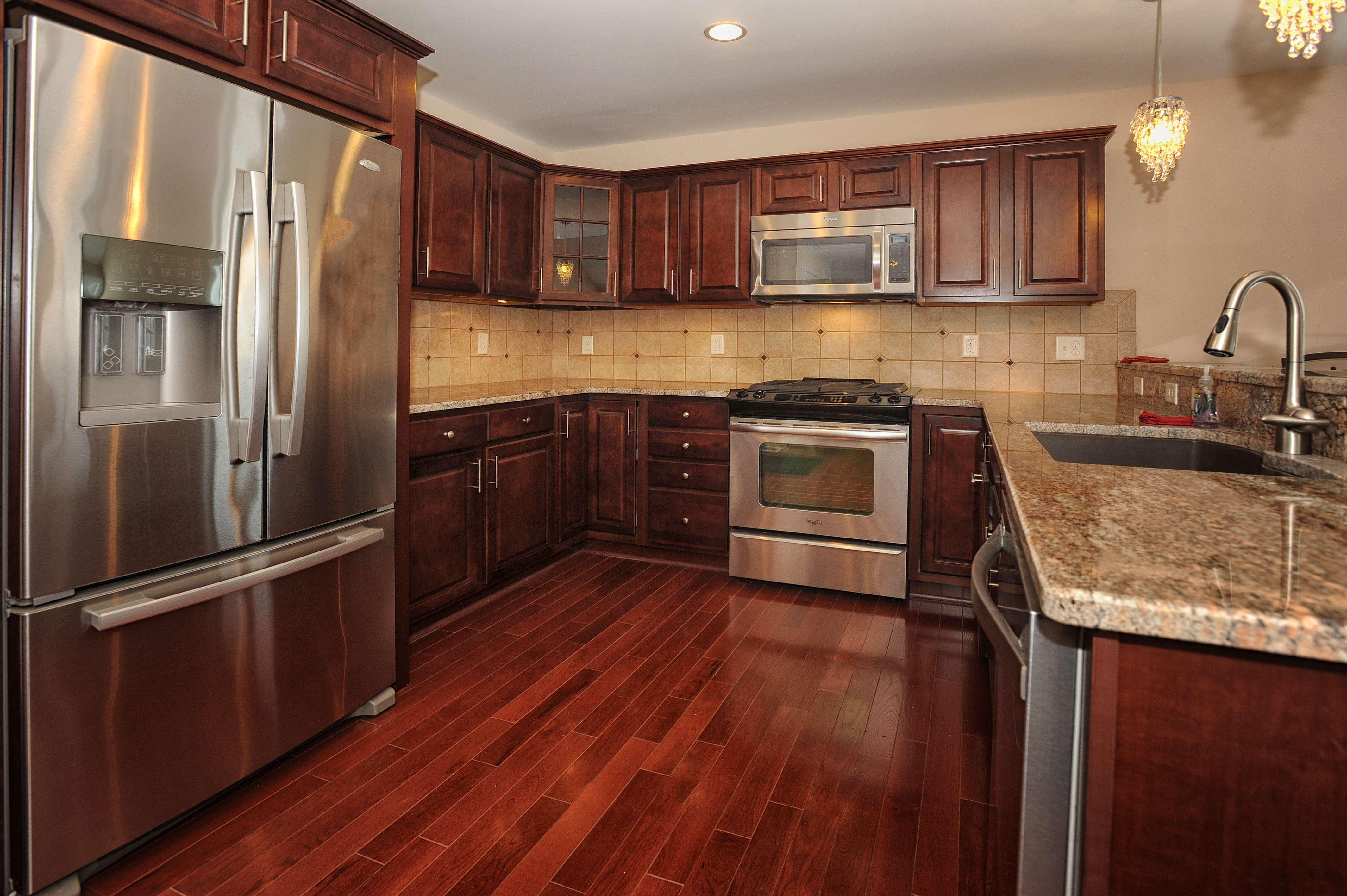 petite-cuisine-moderne-en-forme-de-cuisine-idees-de-conception-avec-des-armoires-de-cuisine-en-bois-avec-comptoir-de-granit-aussi-evier-de-cuisine-et-robinet-aussi-grand-frigo-dernières-tendances- idées-de-conception-de-cuisine-en-U
