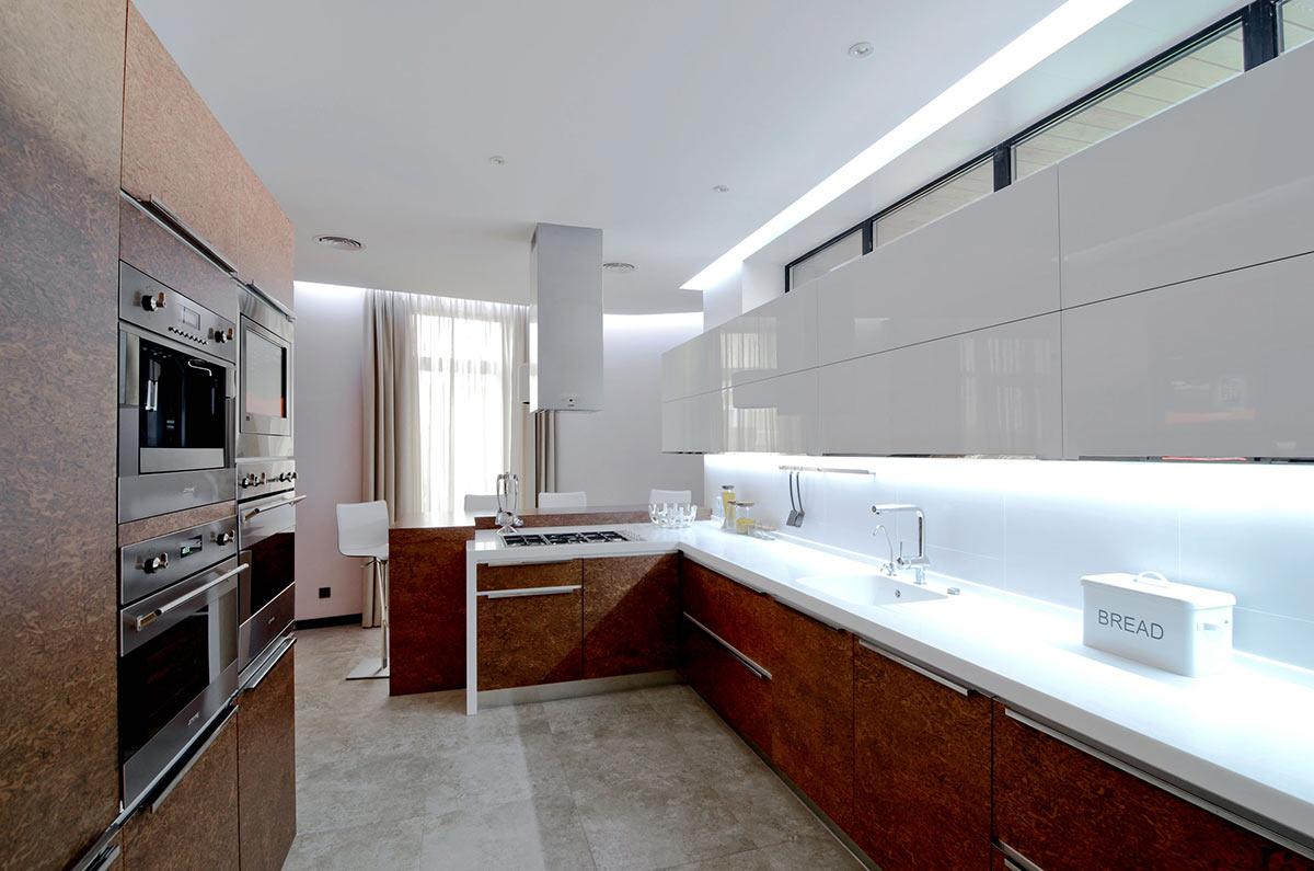 merveilleuse-cuisine-élégante-moderne-concept-blanc-et-marron-avec-armoire-étagères-en-bois-marron-sur-la-table-de-cuisine-et-armoire-étagères-flottantes-en stratifié-en-bois blanc- attaché-au-mur-aussi-chro