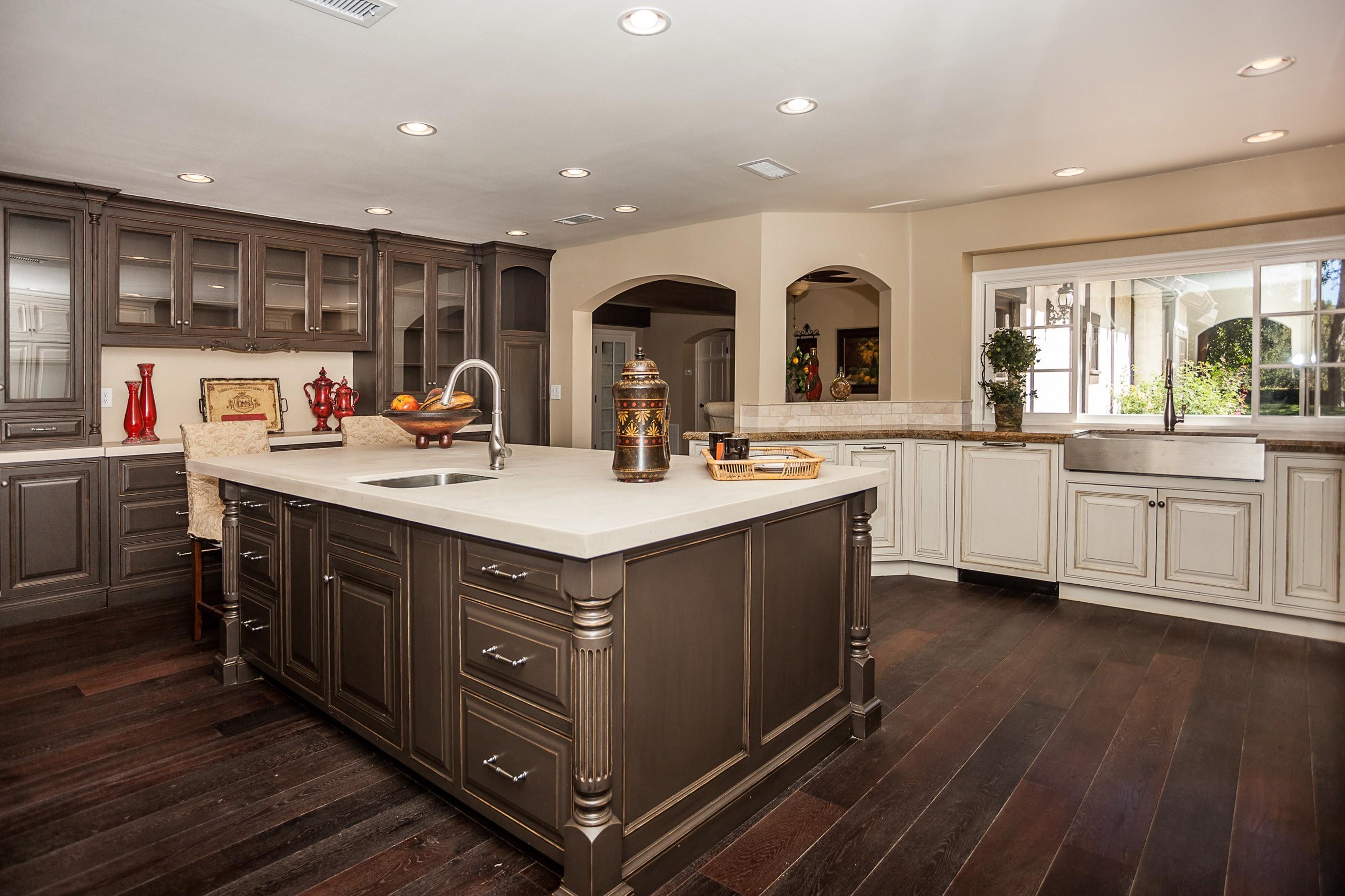 envoûtant-armoires-de-cuisine-marron-avec-armoire-de-cuisine-en-bois-marron-montée-sur-le-mur-et-comptoir-piédestal-en-bois-blanc-être-équipé-évier-chromé-inoxydable-là-dessus-aussi- armoire-en-bois-blanche-pour-ki