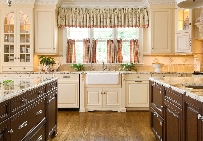 attrayant-meuble-de-cuisine-en-bois-blanc-avec-comptoir-en-bois-brun-etre-equipé-tiroir-coulissant-et-comptoir-piédestal-marbre-crème-aussi-armoire-étagères-en-bois-crème-près-de-fenêtre- avec-kit-contemporain