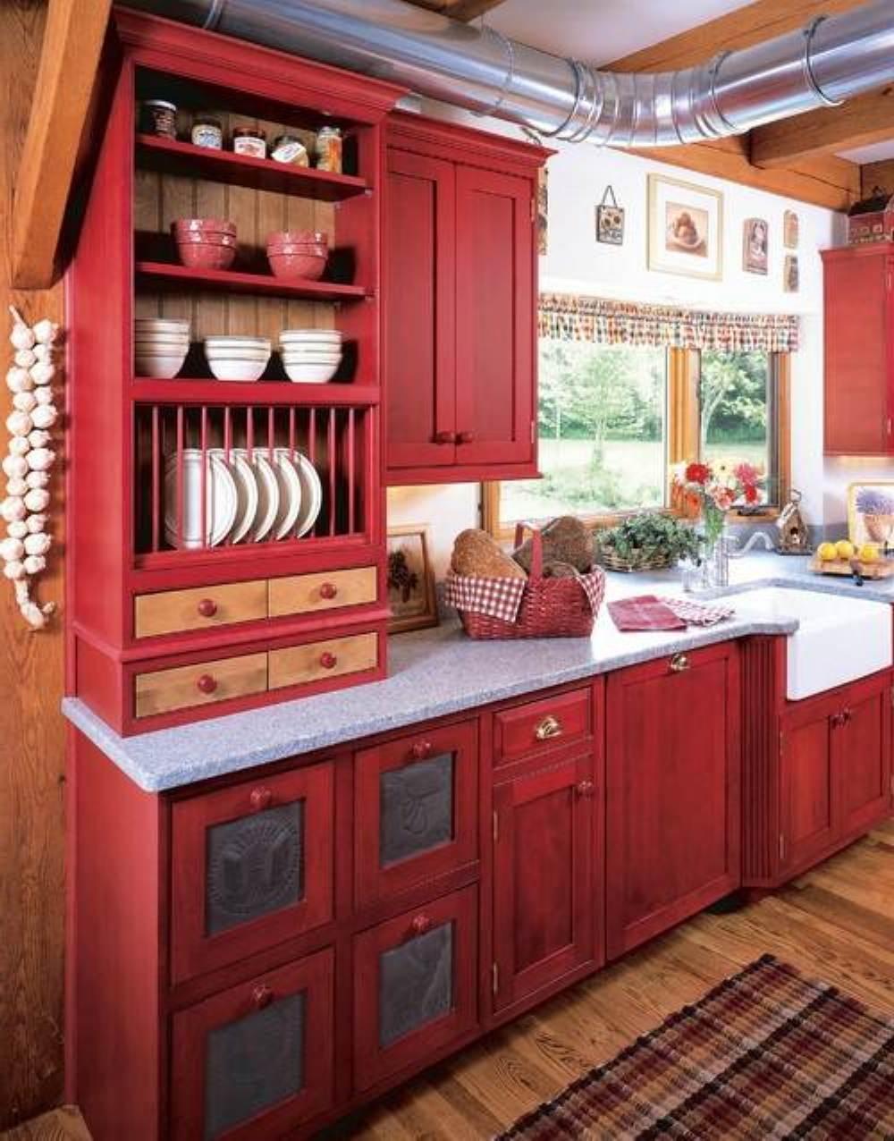 exquise-grandes-armoires-de-cuisine-rouges-et-petite-fenetre-en-verre-plus-chic-plancher en bois