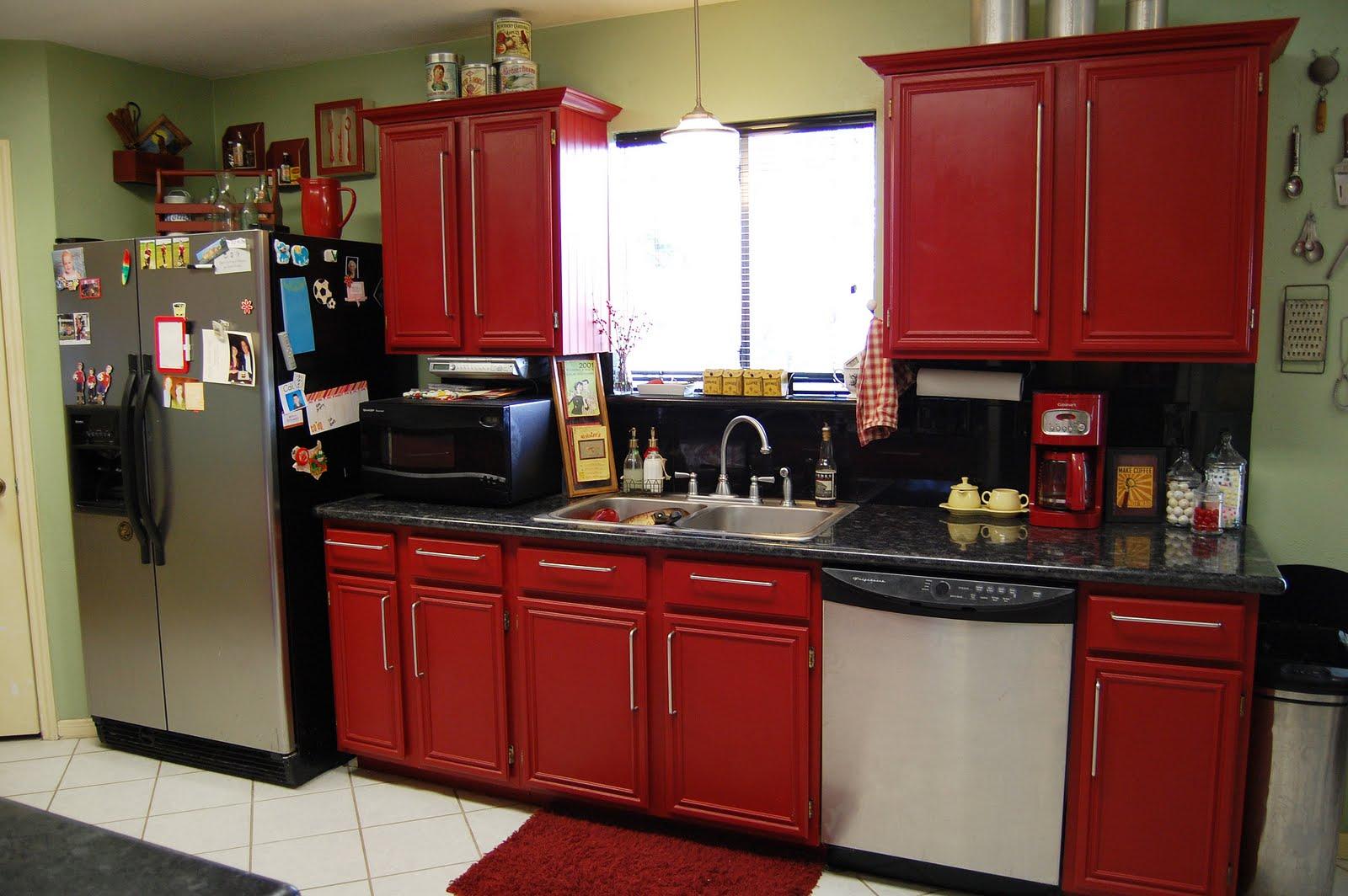 meubles-de-cuisine-attrayants-avec-armoire-de-cuisine-rouge-entre-petite-fenetre-sur-mur-calme