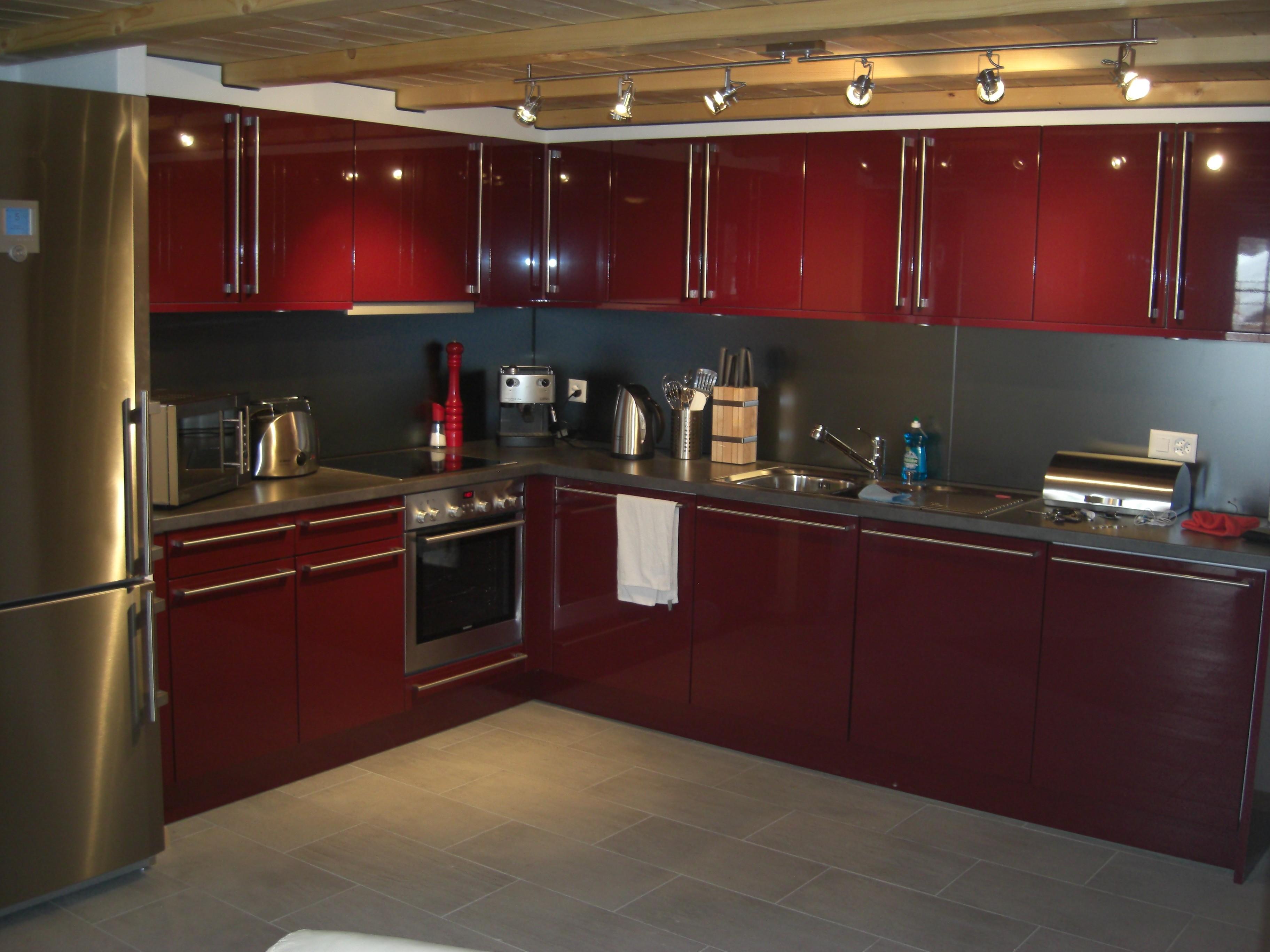 impressionnant-armoire-de-cuisine-rouge-peinte-aussi-en-ceramique-interieur-ensemble-incroyable-avec-dosseret-gris-et-luminaires-plafonniers-fascinants-decoratifs-avec-armoires-de-cuisine-modernes-aussi-cuisine- armoires-idées