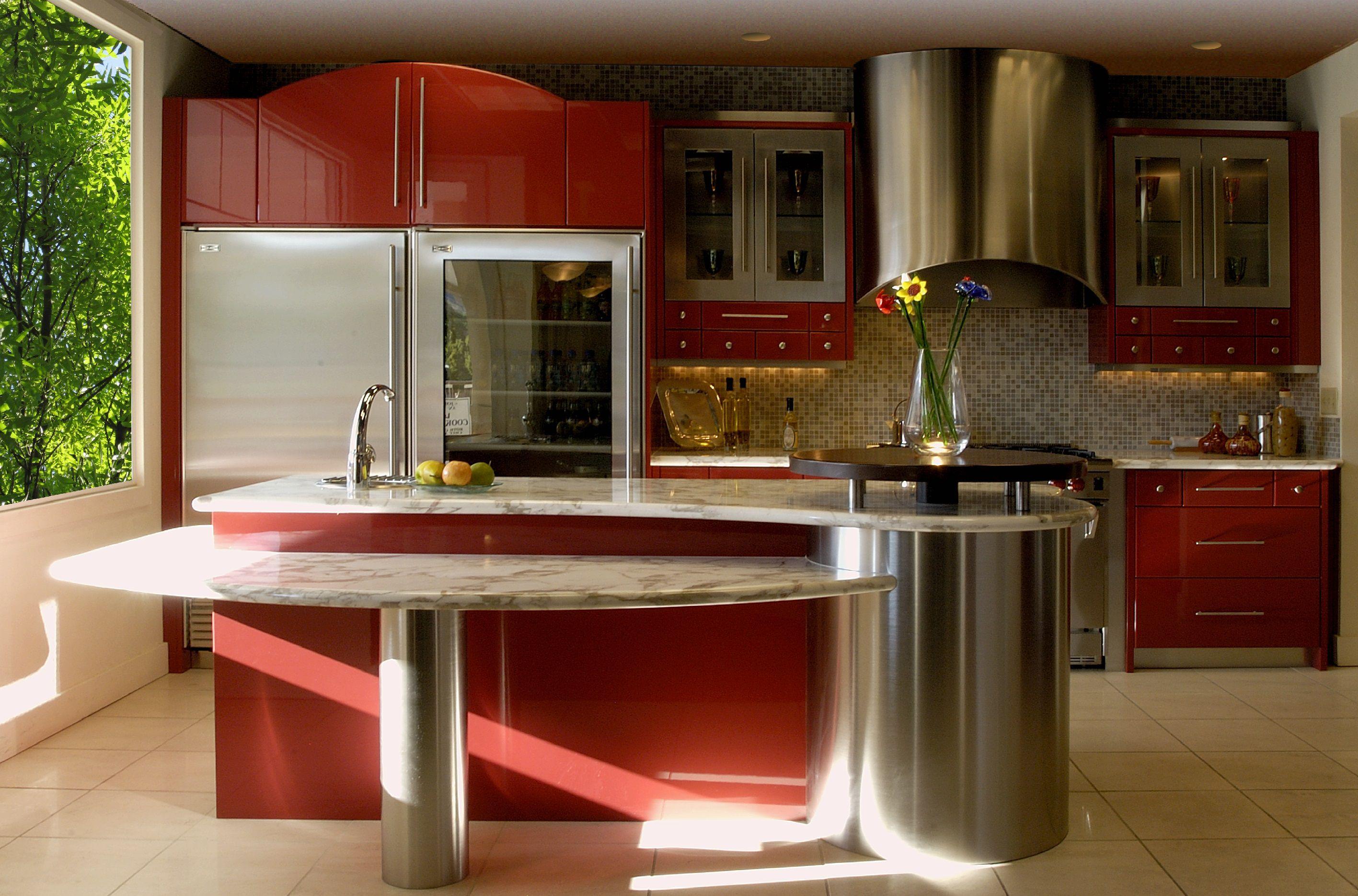 intérieur-agréable-pour-chambre-spacieuse-utilisant-des-armoires-de-cuisine-rouges-modernes