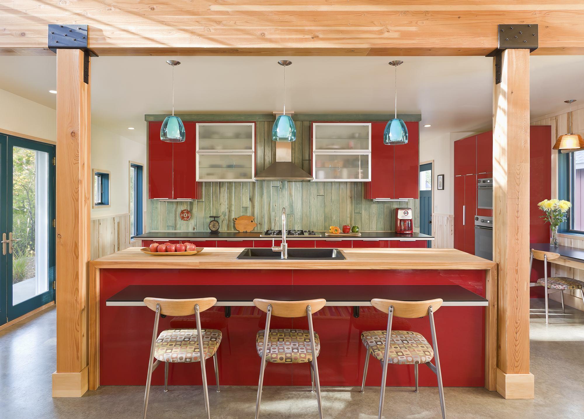 style-tendance-pour-cuisine-rouge-idees-de-conception-avec-ilot-de-cuisine-rectangulaire-combine-brun naturel-plan-en-bois-non fini-et-dinnete-flottant-ajoute-tissu-motif-assise-salle-a manger- chaises-ainsi que cuisine-c