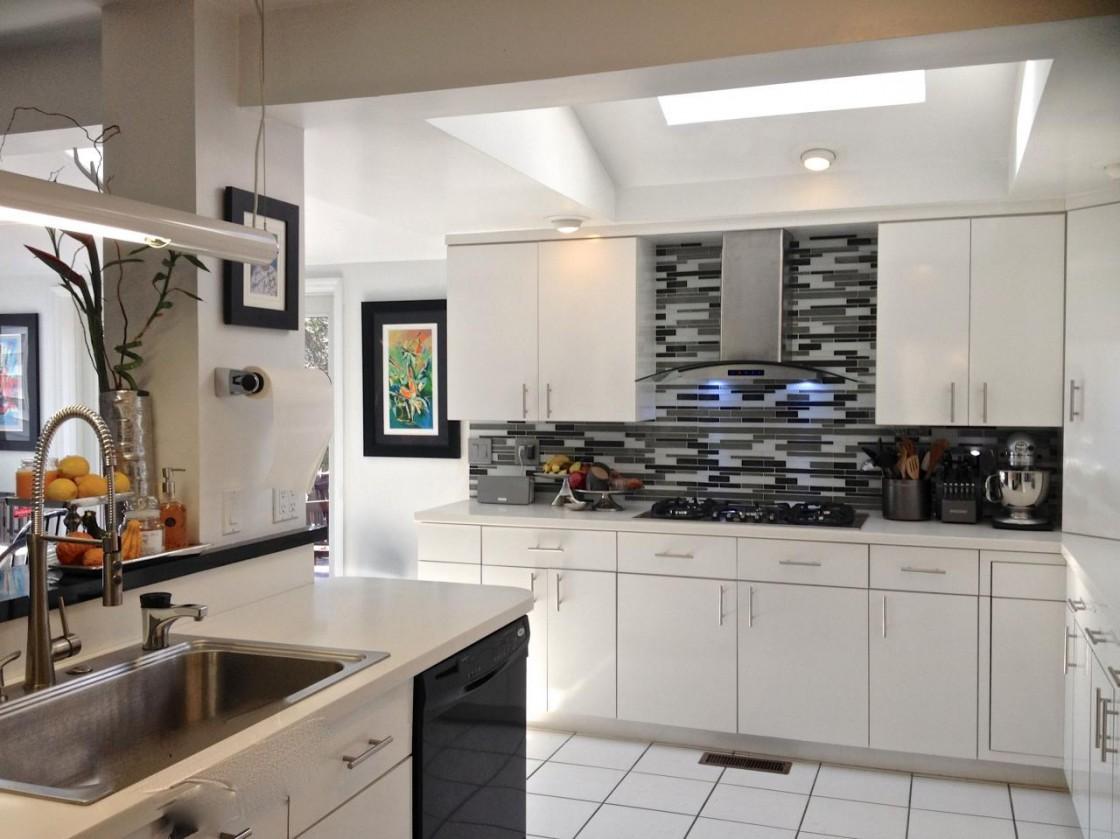 petites-idées-de-décoration-de-cuisine-avec-de-beaux-carreaux-de-pierre-et-de-verre-dosseret-ainsi que-des-armoires-de-cuisine-en-bois-d'érable-en-finition-blanche-utilisant-blanc- plan-de-travail-en-dalle-solide-granit-1120x839