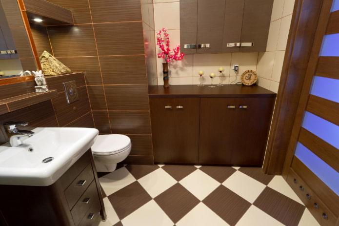 Disposition carrelée en damier à l'intérieur de la salle de bain
