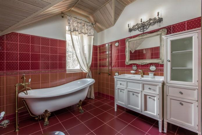 disposition carrelée avec une bordure à l'intérieur de la salle de bain