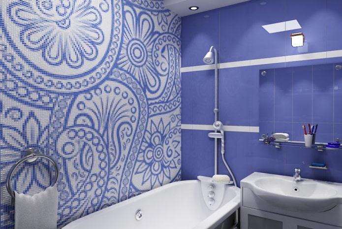 disposition carrelée avec des ornements à l'intérieur de la salle de bain