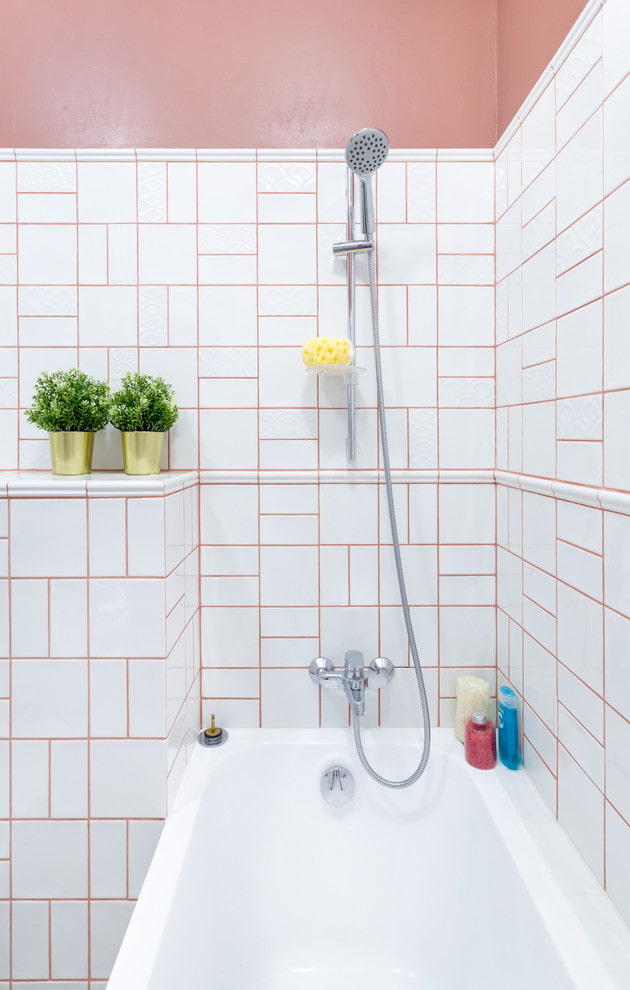 disposition modulaire des carreaux dans la salle de bain