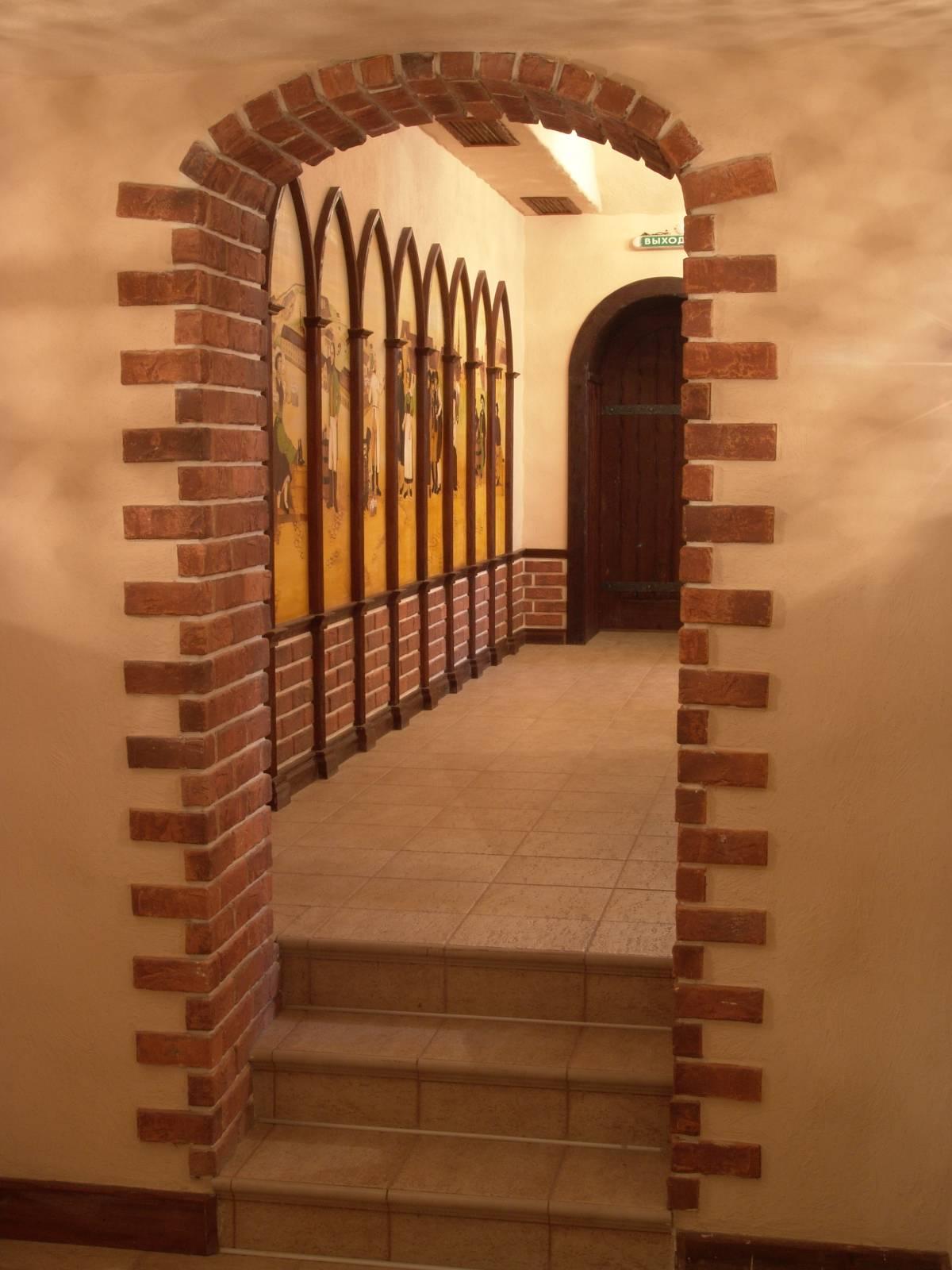 otdelka-arki-v-staroj-kvartire-oboyami-dekorativnym-kamnem-5