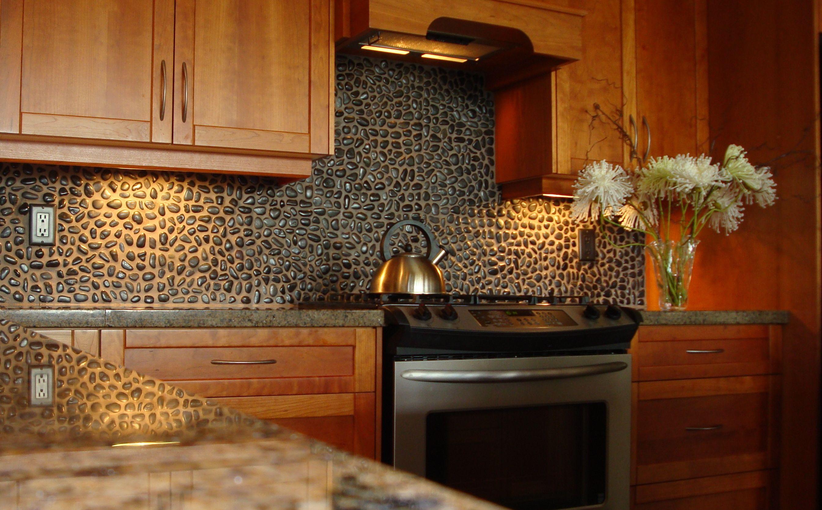 merveilleux-motifs-de-dosseret-de-cuisine-faits-de-petites-pierres-combine-avec-un-comptoir-de-granit noir