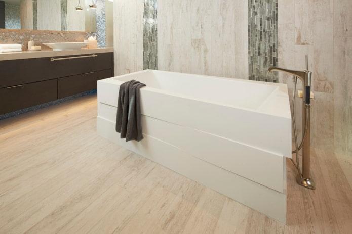 carreaux de sol en bois à l'intérieur de la salle de bain