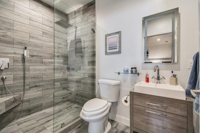 salle de douche avec carrelage effet bois à l'intérieur de la salle de bain