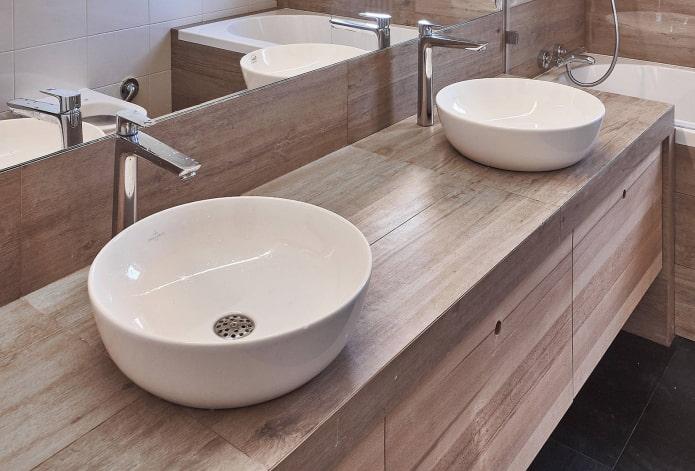 comptoir avec carreaux effet bois à l'intérieur de la salle de bain