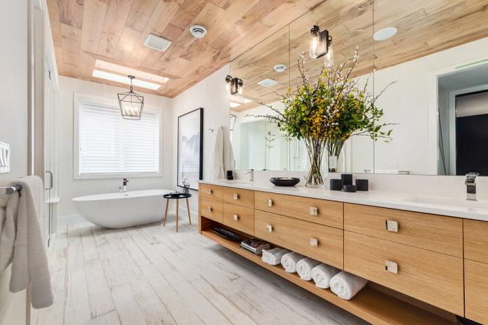 carreaux de plafond en bois à l'intérieur de la salle de bain