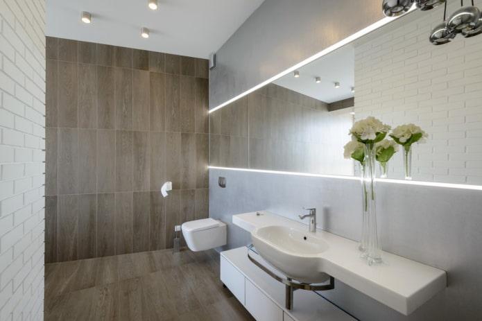 carreaux imitation bois à l'intérieur des toilettes