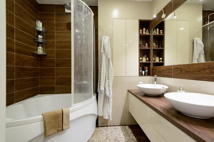 carreaux effet bois à l'intérieur de la salle de bain