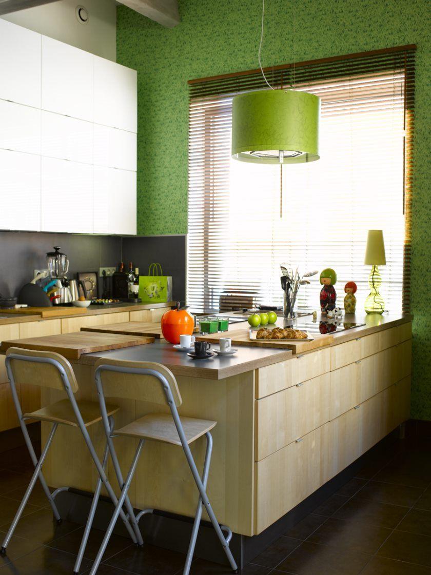 idees-captivant-petit-ilot-de-cuisine-avec-assises-ikea-et-suspension-vert-lime-aussi-bloc-boucher-napperon-et-stores-horizontaux-en-faux-bois