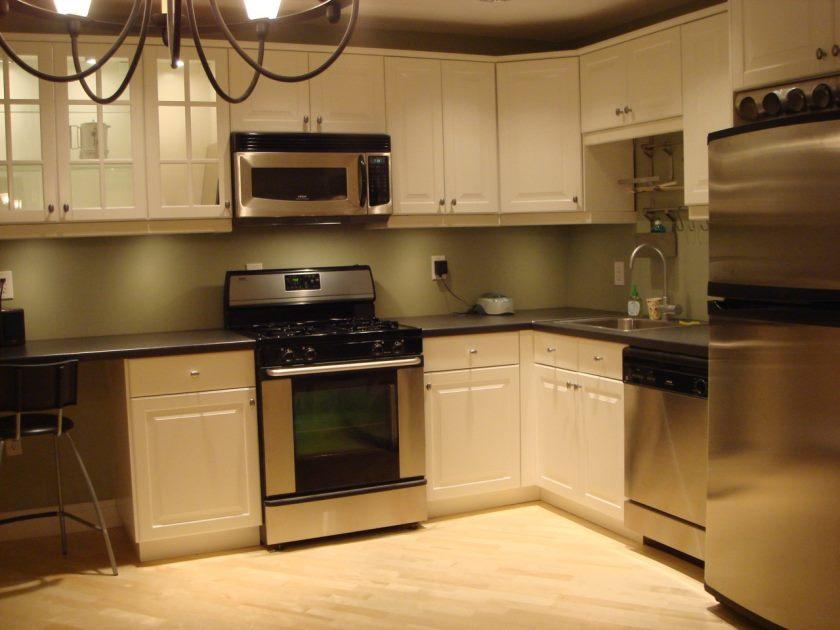 cuisine-super-forme-ikea-design-services-avec-armoire-en-bois-blanc-comprenant-des-comptoirs-en-granit gris-et-sol-en-bouleau-vinyle-charmant-image-charmante
