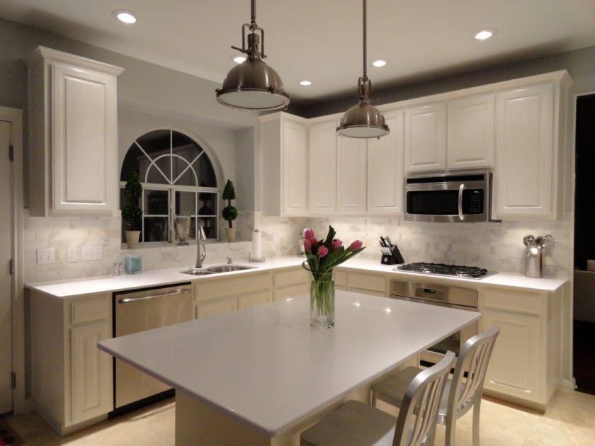 vintage-cuisine-ikea-blanc-quartz-comptoirs-cuisine-calacatta-marbre-metro-carrelage-dosseret-satin-nickel-pendentif-luminaire-blanc-lattes-dos-comptoir-tabourets