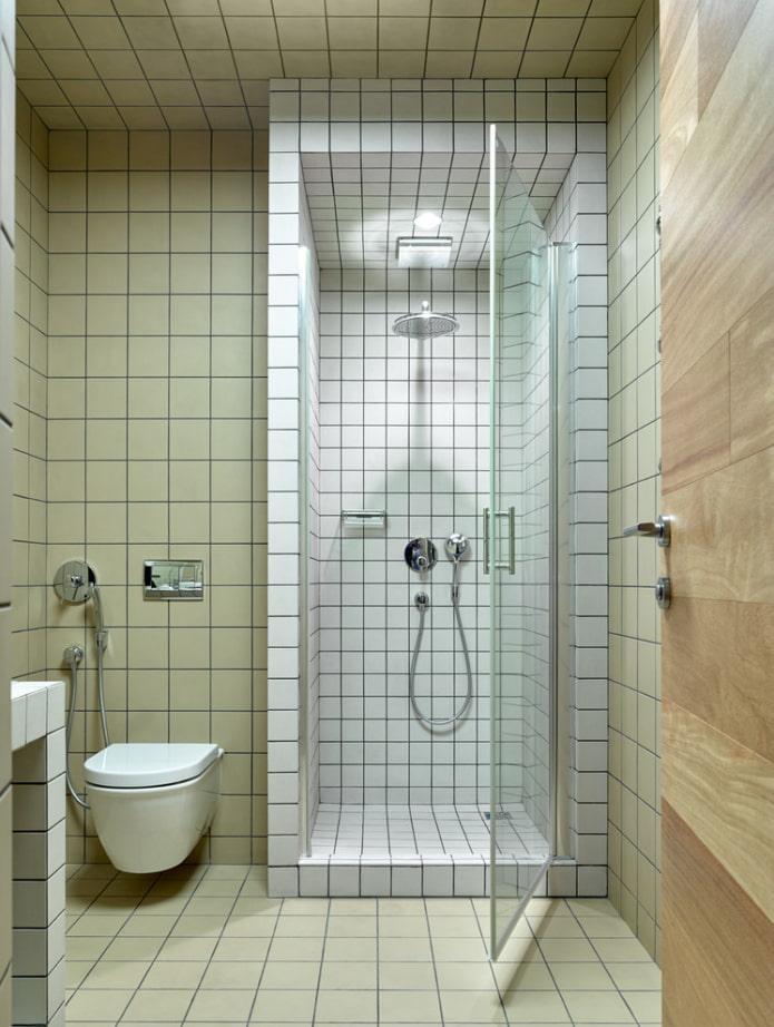receveur de douche en carrelage à l'intérieur