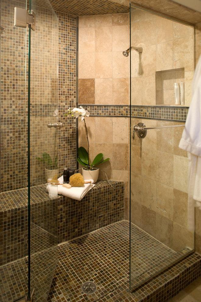 salle de douche avec assise carrelée à l'intérieur