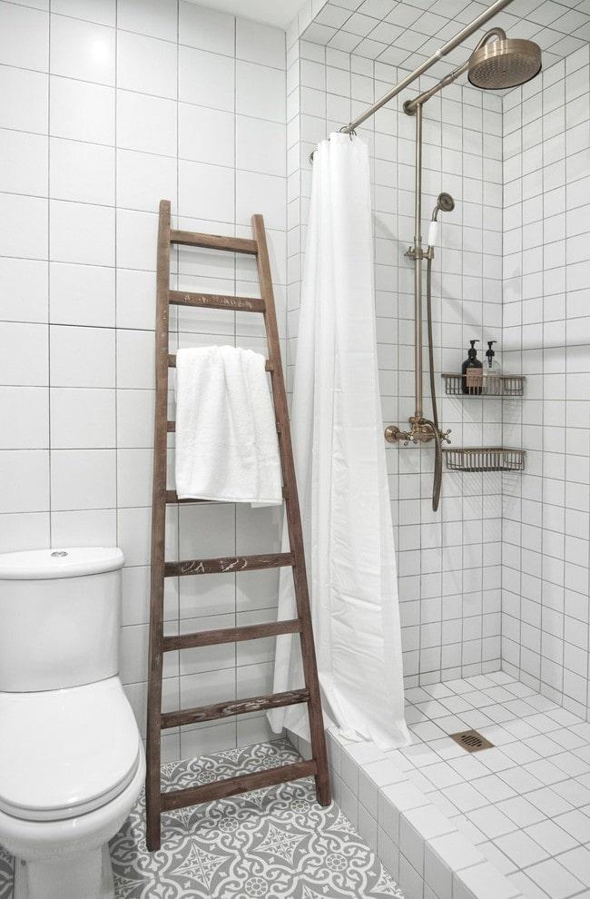 salle de douche en carreaux blancs à l'intérieur