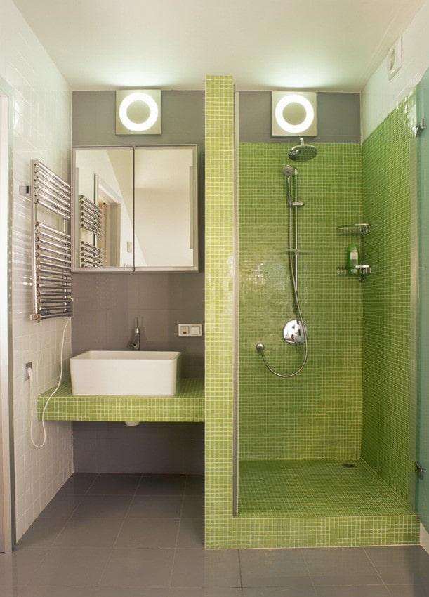 salle de douche de carreaux verts à l'intérieur