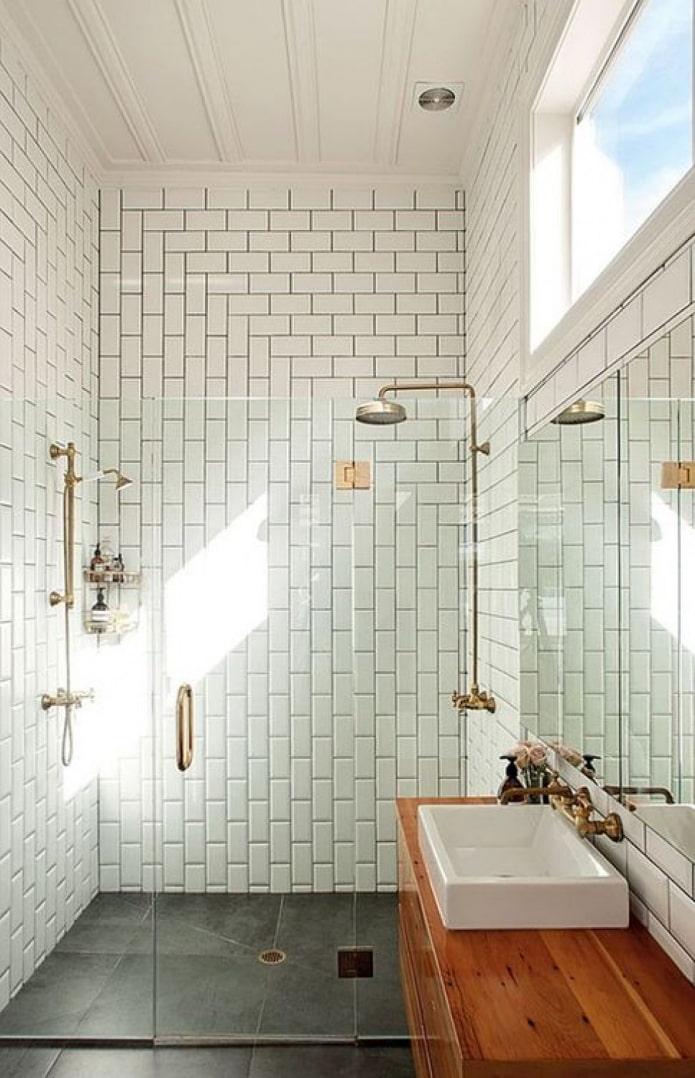 la disposition des carreaux dans la salle de douche à l'intérieur
