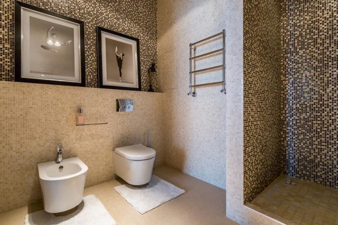 salle de douche de carreaux bruns à l'intérieur