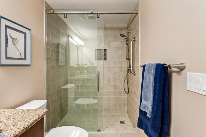 salle de douche en carreaux beiges à l'intérieur