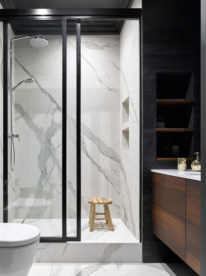 carrelage effet pierre dans la salle de douche à l'intérieur