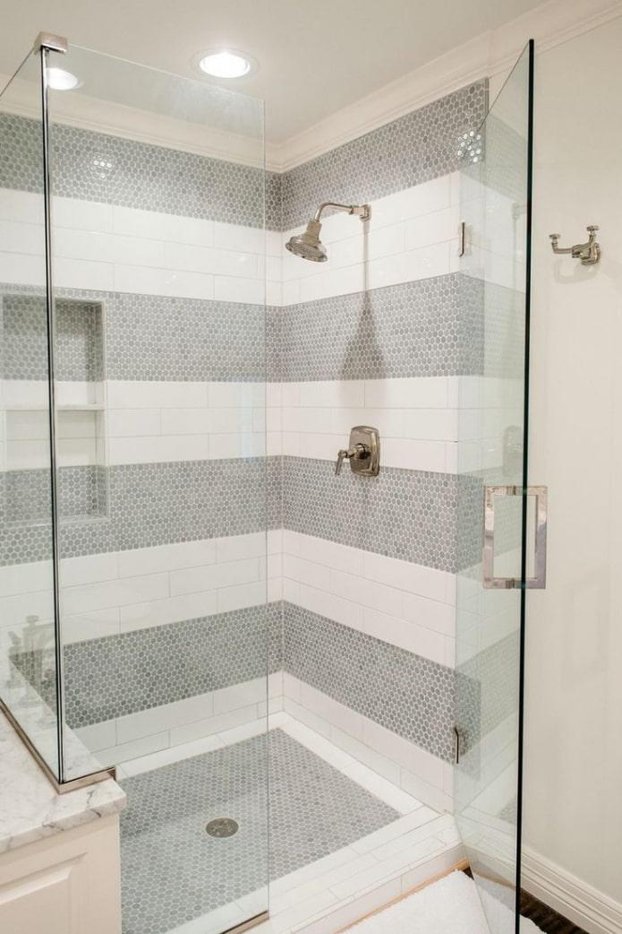 salle de douche de mosaïques et de carreaux à l'intérieur
