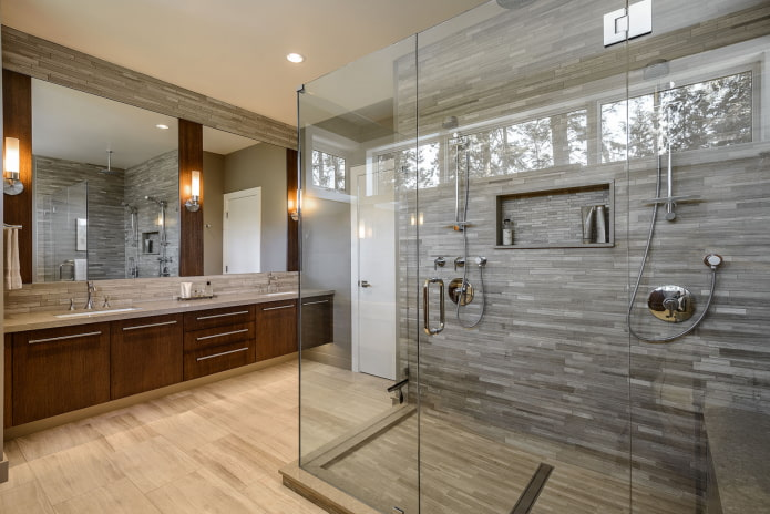carreaux effet bois dans la salle de douche à l'intérieur