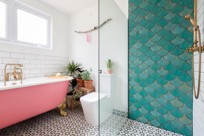 carreaux d'écailles de poisson dans la salle de douche