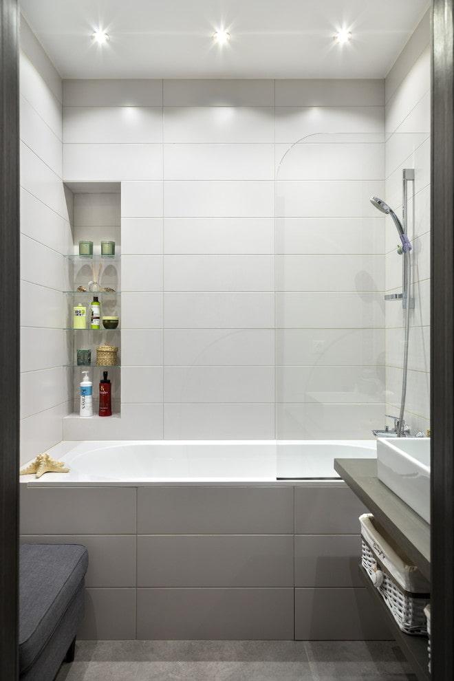 carrelage gris et blanc dans la salle de bain