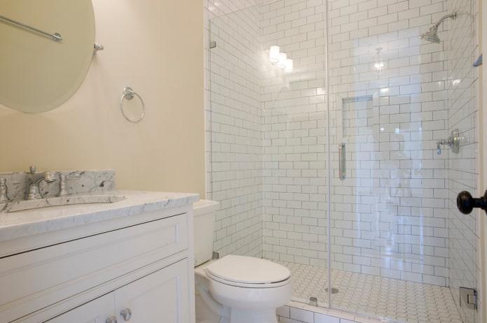 carrelage blanc dans la salle de douche de la salle de bain
