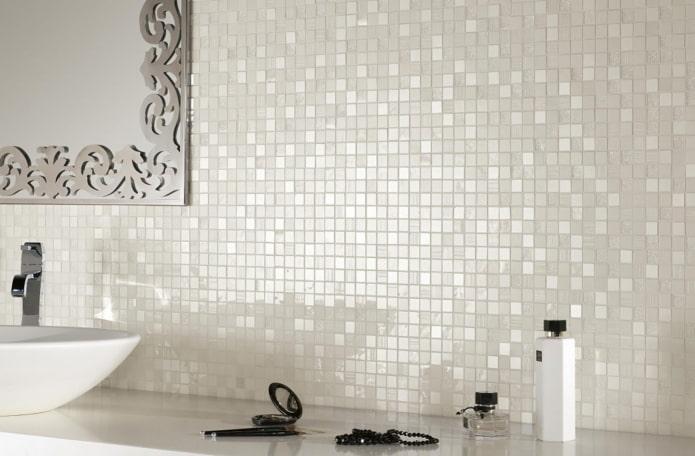 carreaux blancs et nacrés dans la salle de bain