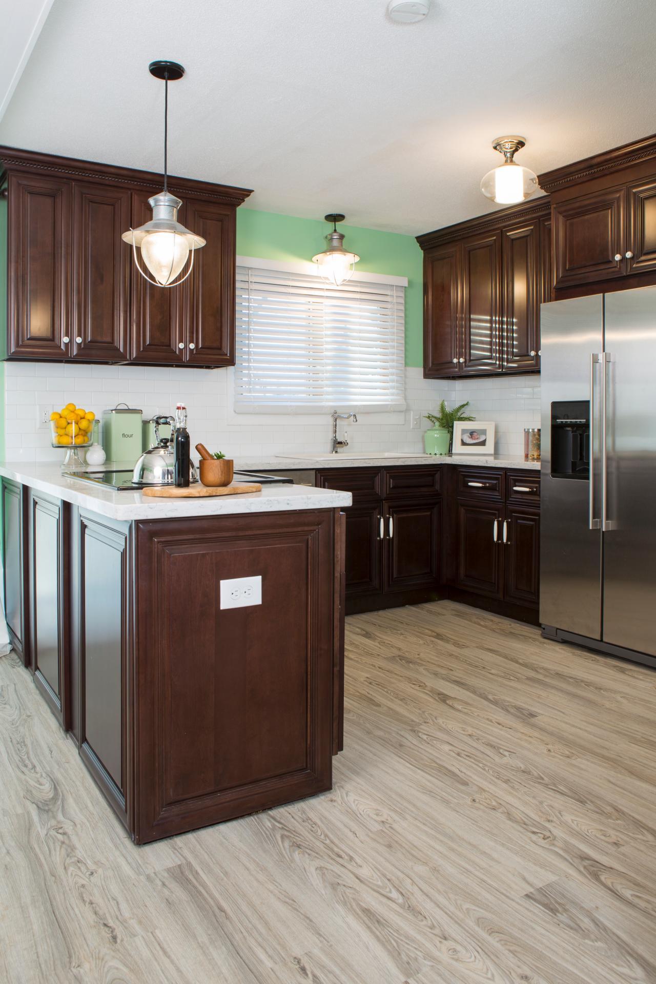 hraid105h_kitchen-09b-53429_s3x4-jpg-rend-hgtvcom-1280-1920