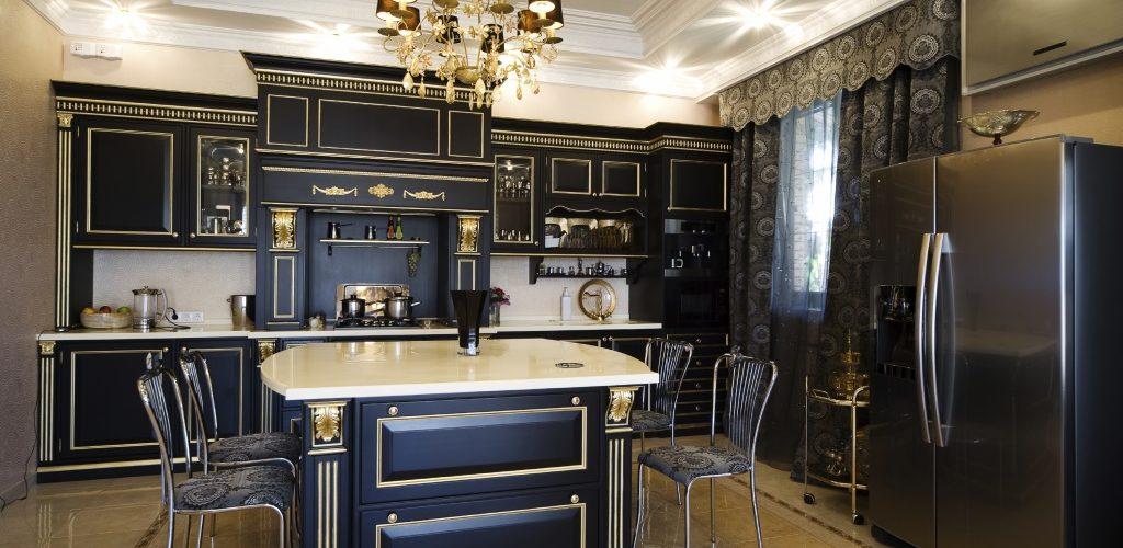 Belle table sur cuisine dans un appartement moderne