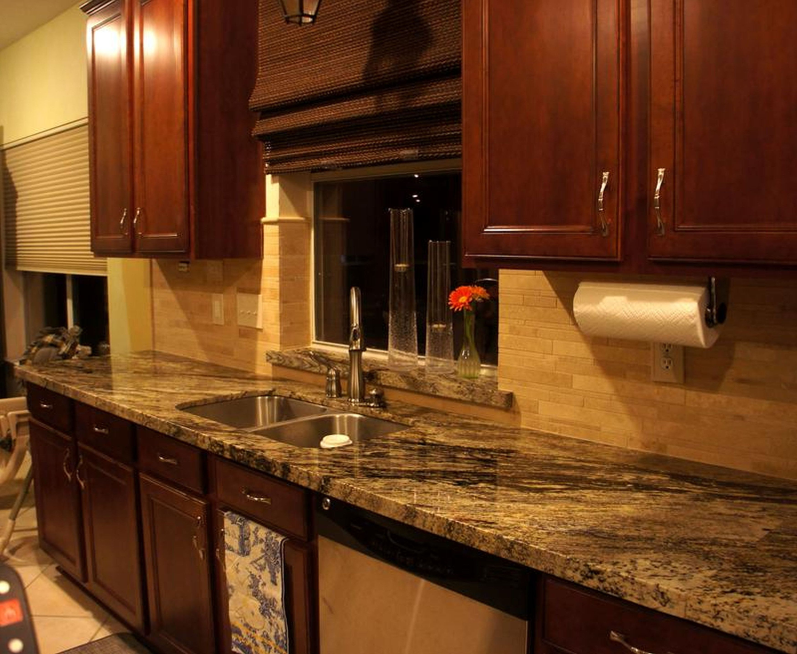 8-idées-de-dosseret-pour-petites-cuisines-utilisant-des-couleurs-neutres-pierre-de-marbre-dans-une-table-de-cuisine-avec-un-évier-en-acier-inoxydable-plus-luxueux-et- espace-très-naturelhistoreis-com_