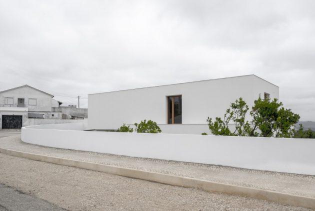 SP House par Goncalo Duarte Pacheco à Salir do Porto, Portugal