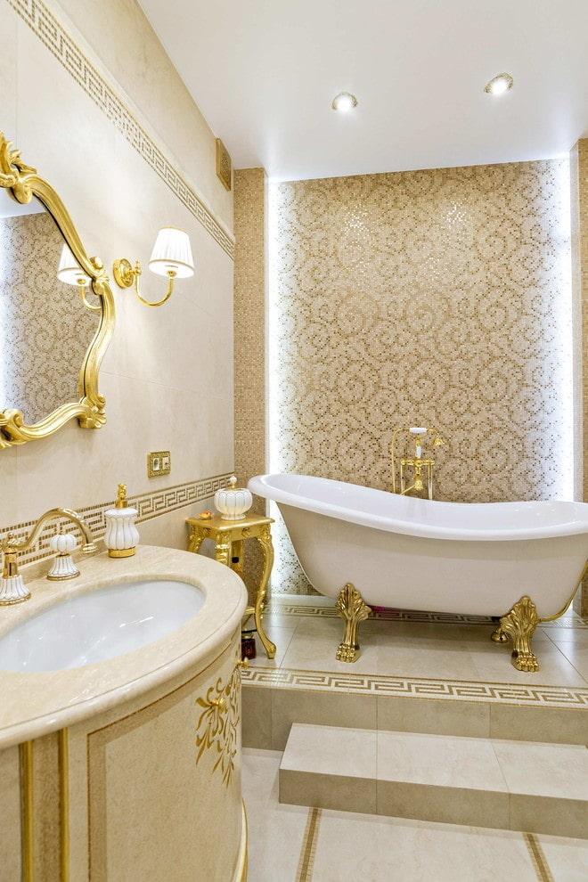 salle de bain avec décor or