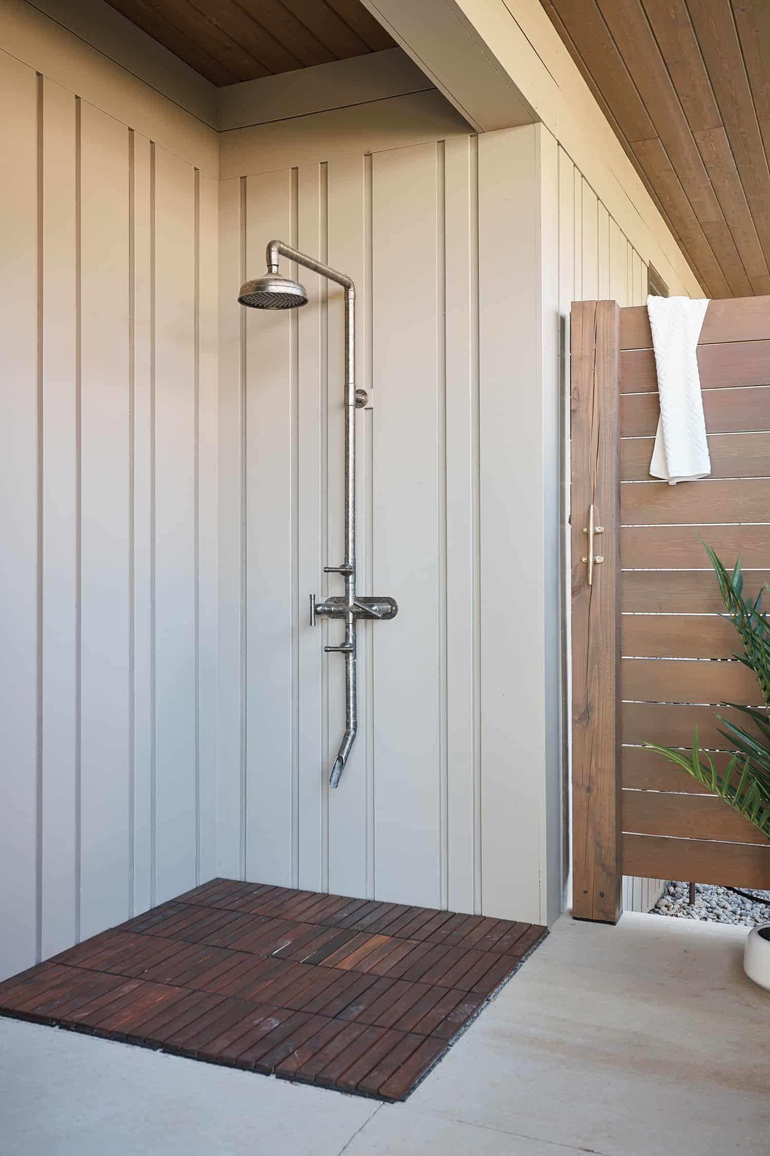 douche-exterieure-moderne-maison-lac