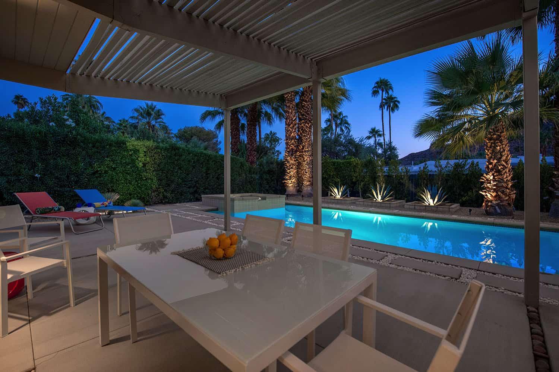nuit-repas-extérieur-patio-milieu-du-siècle